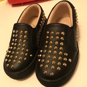 AKID Shoes - AKID black with gold spikes, Sz. 7T, girls